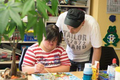 Ein beschäftigter Mensch malt ein Bild aus