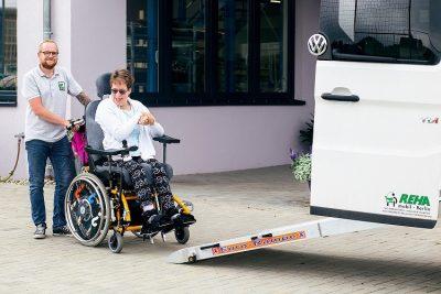 Verladung einer Rollstuhlfahrerin in einem PKW